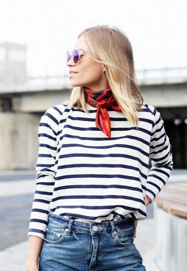 Ефектна комбинация на блуза райе с червено шалче пролет 2016
