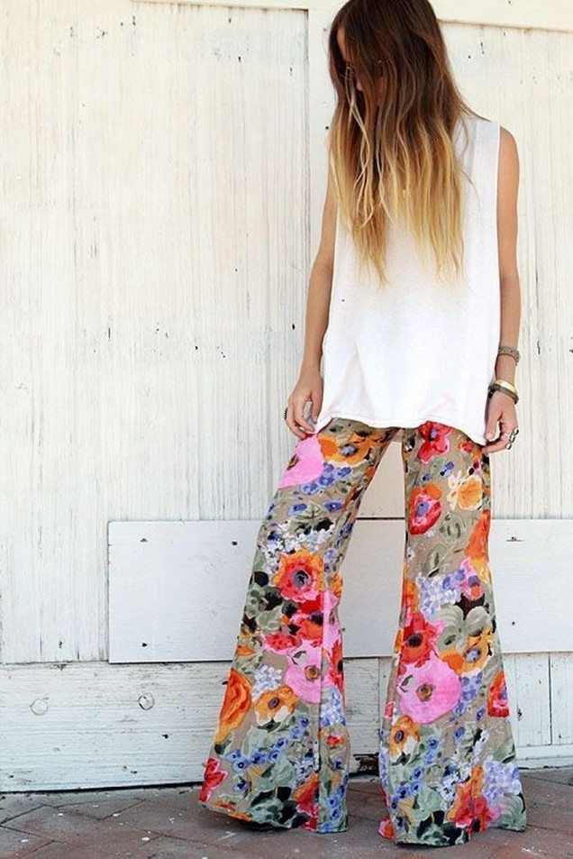 Цветен широк панталон на цветя в комбинация с бял топ пролет 2016