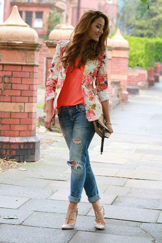 Свежо флорално сако в комбинация с коралова блуза и дънки 2016