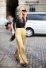 Комбинация широк златен панталон с черна блуза пролет 2016