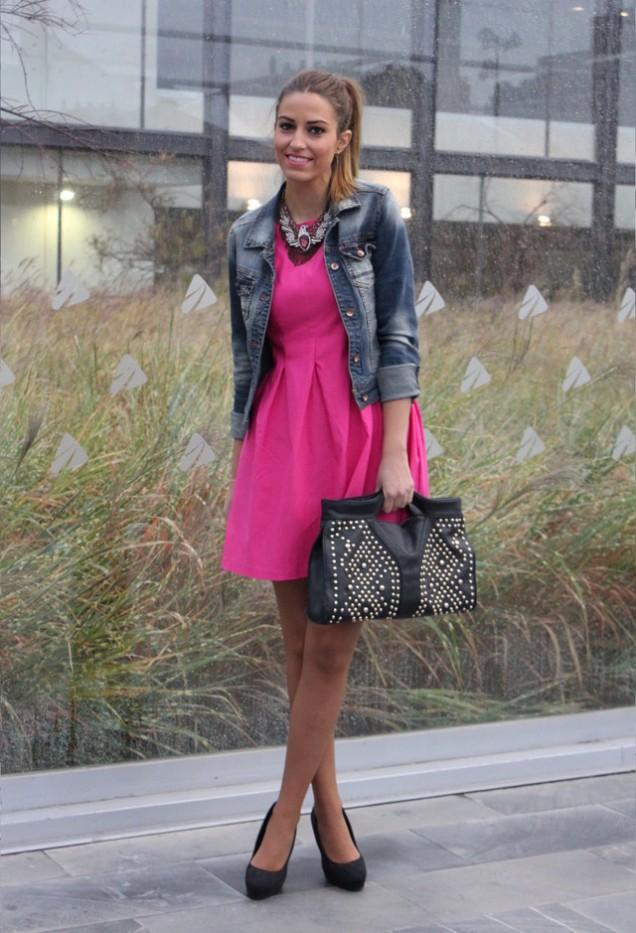 Къса розова рокля в комбинация с дънково яке пролет 2016