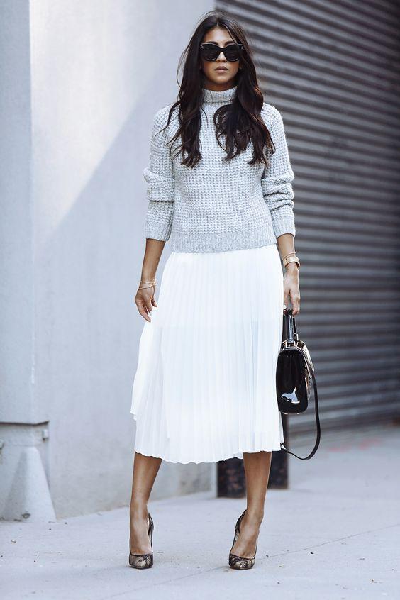 Бяла плисирана пола в комбинация с лек пуловер пролет 2016