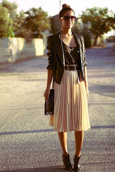 Светла плисирана пола в комбинация с кожено яке лято 2016