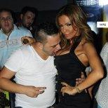 Фен на Галена я целува по гърдите