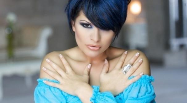 Преслава със синя рокля