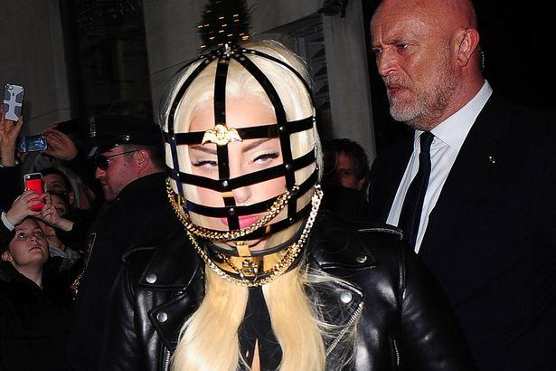 Лейди Гага с клетка на главата
