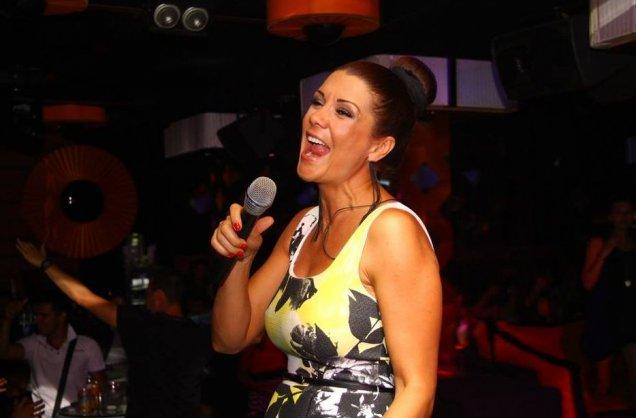 Бременната Кали пее