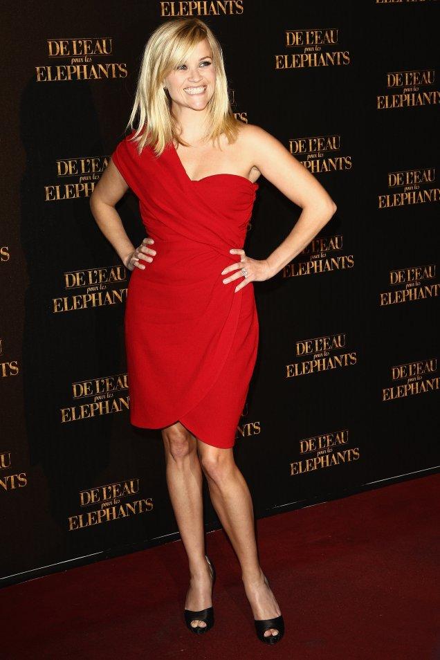 Рийз в червена рокля