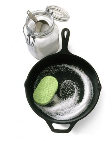 Солта може да бъде лесно използвана като скраб за почистване на съдове.