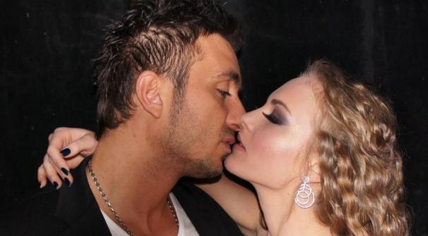 Коцето и Надя се целуват