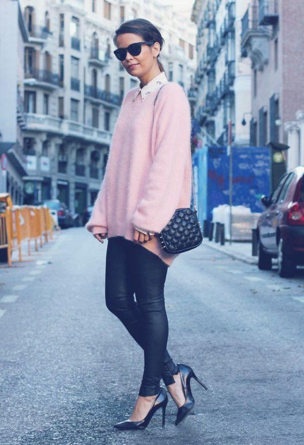 Розов голям пуловер в комбинаци с кожени панталони зима 2017
