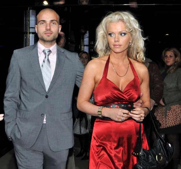 Асдис Ран снимки с червена рокля