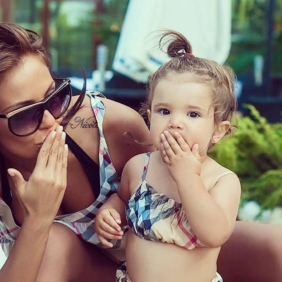 Николета с детето си въздушни целувки