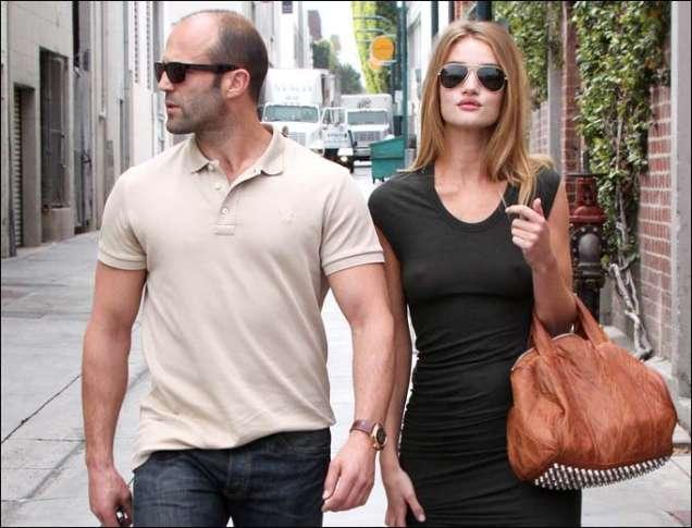Джейсън Стейтъм и Роузи Уайтли на разходка