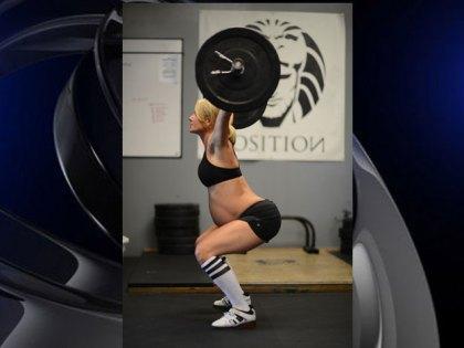 Бременна жена вдига тежести