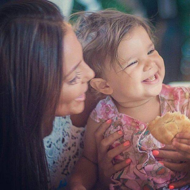 Николета с детето си се смеят