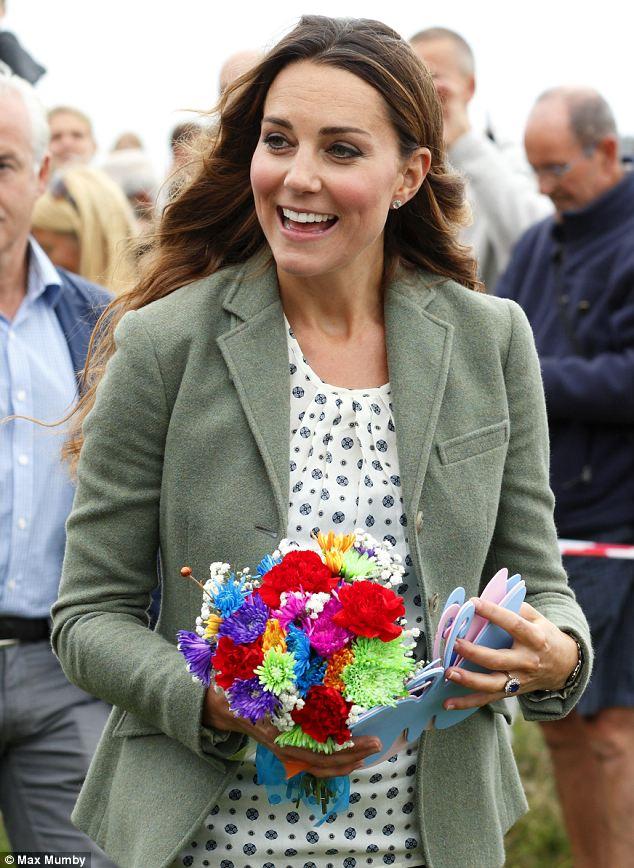 Кейт Мидълтън след раждането с цветя