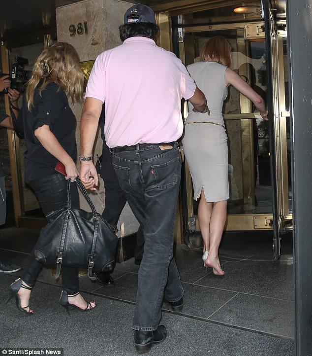 Никол Кидман влиза в хотела с една обувка