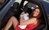 Теди Велинова с бебето си се качва в колата
