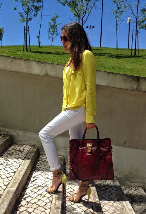 Стилна комбинация с бели дънки и обувки на висок ток лято 2017
