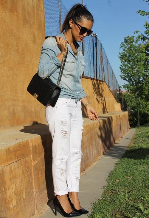 Бели дънки в комбинация с дънкова риза и обувки на  висок ток лято 2017