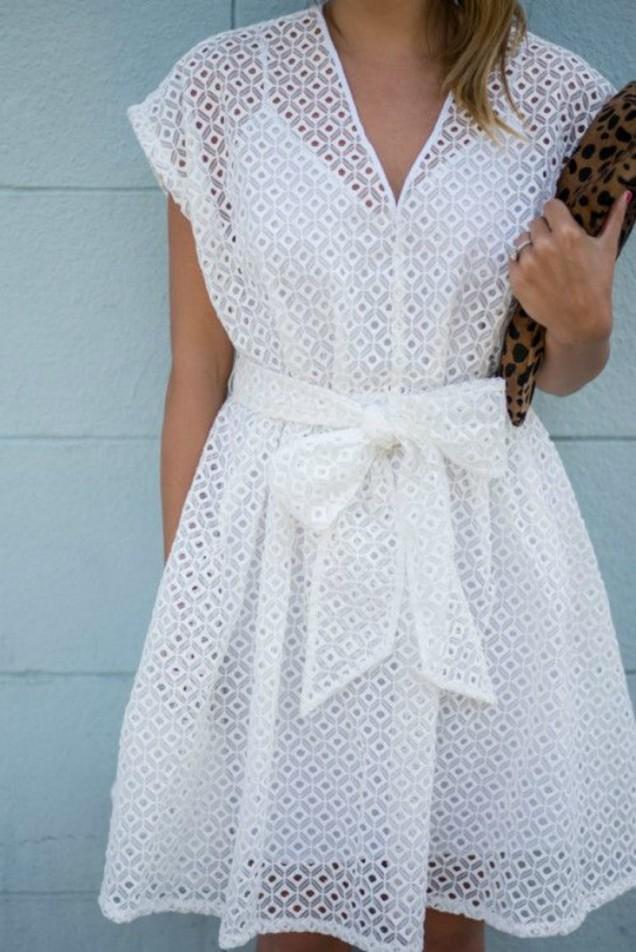 Нежна бяла рокля с панделка лято 2017