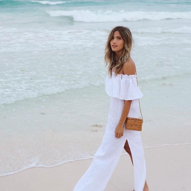 Красива бяла рокля с голи рамене и цепка лято 2017