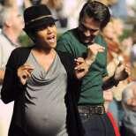 Холи Бери бременна купонясва