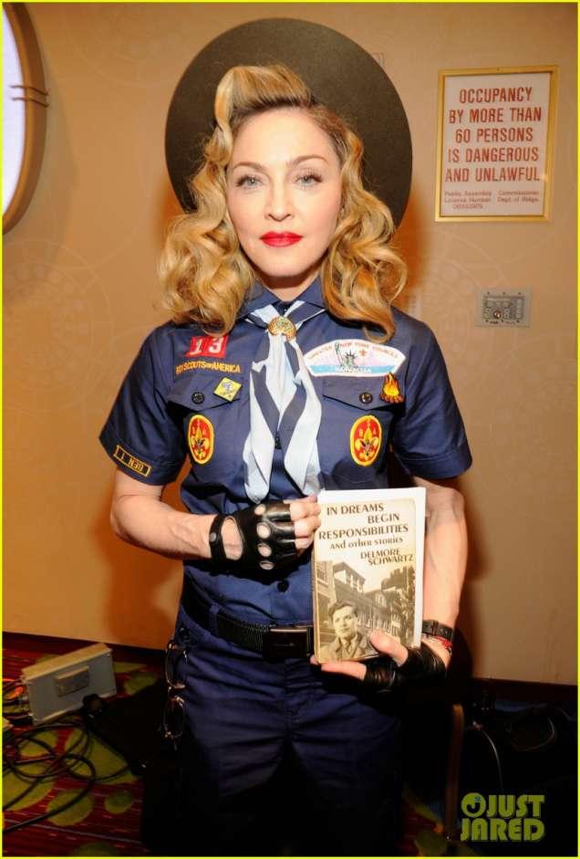 Мадона в бойскаут костюм