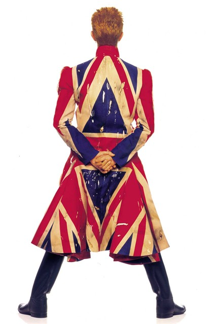 Дейвид Бауи с палто от Alexander McQueen
