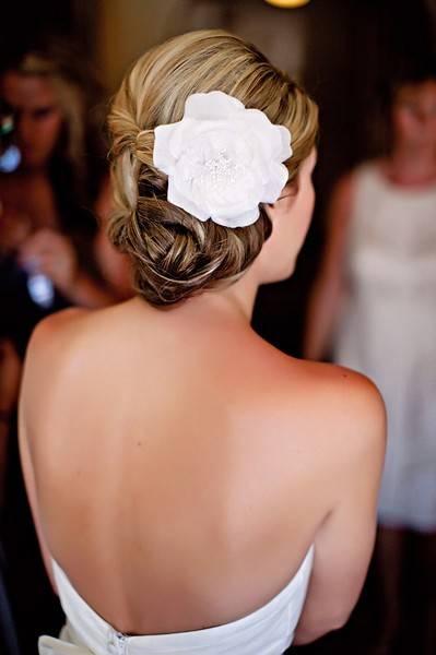 Красива сватбена прическа с голямо бяло цвете 2018