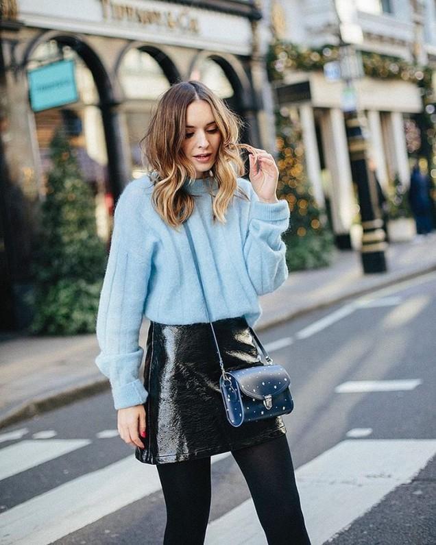 Къса кожена пола комбинирана с пастелен пуловер есен 2017