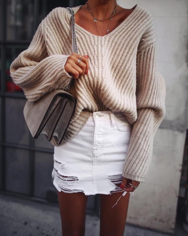 Модерна комбинация от широк пуловер и къса пола зима 2017