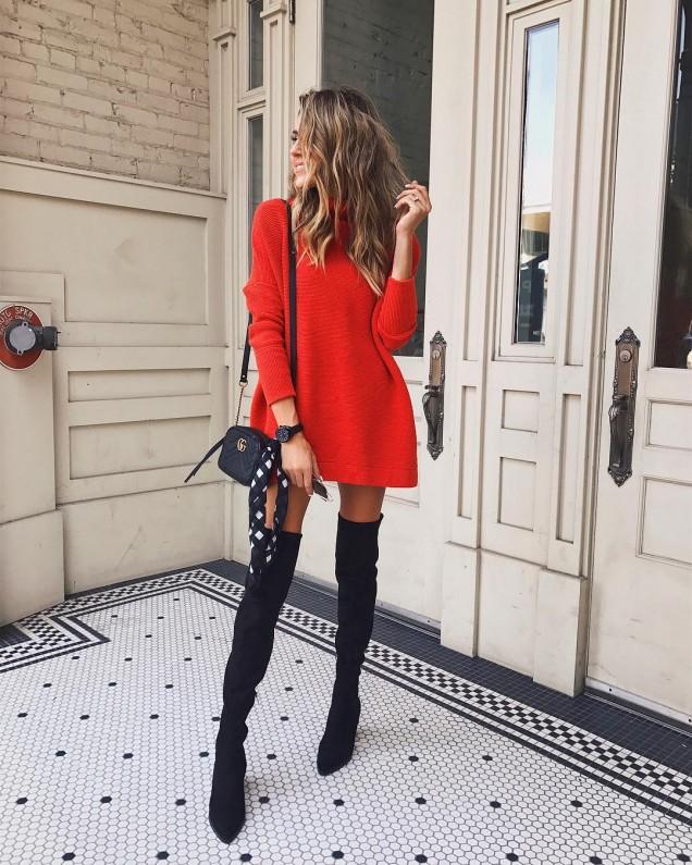 Високи чизми в комбинация с къса рокля тип пуловер зима 2017
