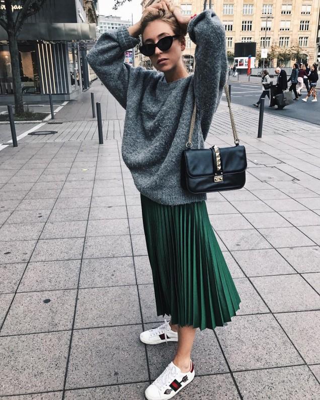 Комбинация от плетен широк пуловер и плисирана дълга пола зима 2017