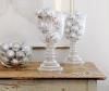 Коледната украса с изграчки в чаши и купи