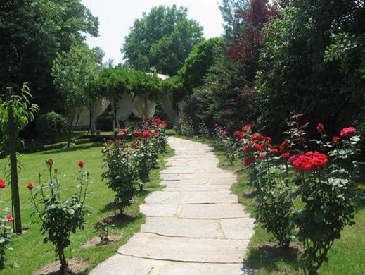 Дворът в къщата на Илияна Раева и Наско Сираков