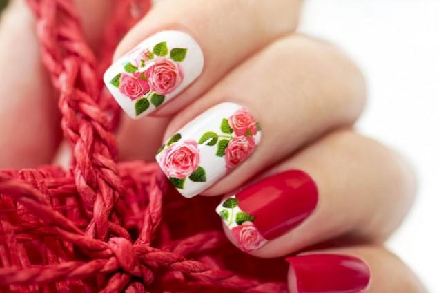 червен с цветя маникюр