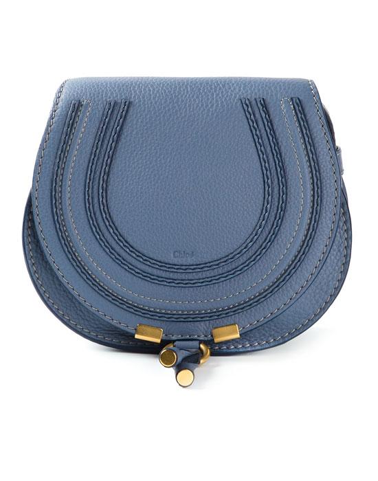 Стилна малка чанта в синьо пролет 2018