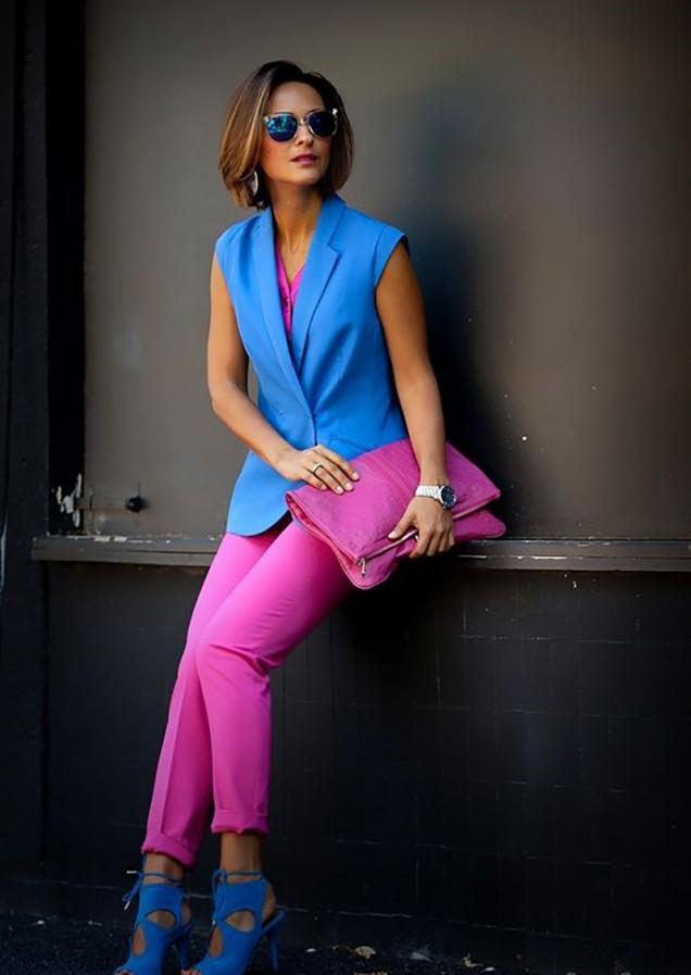 розов панталон със синя блуза