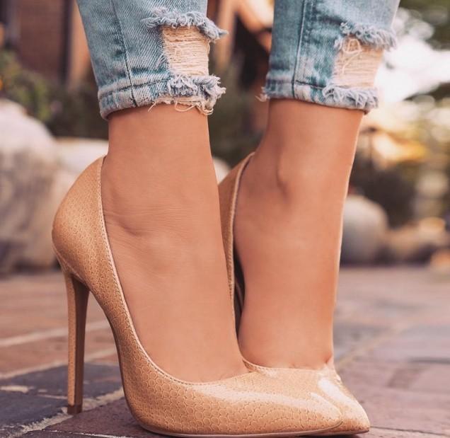 бежави остри обувки